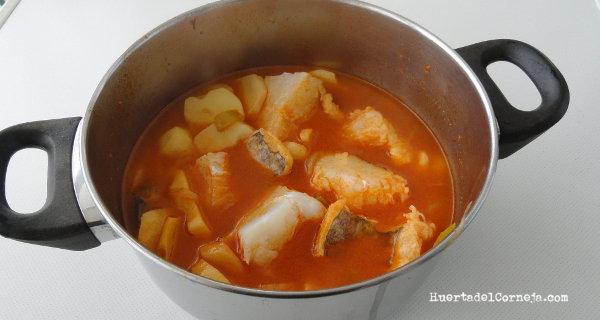 Cazuela de patatas con arroz y bacalao